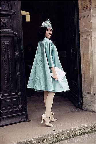 Kiều nữ xuất hiện ở một sự kiện tầm quốc tế với chiếc đầm ren trắng tinh tế của thương hiệu Erin Fetherston (Mỹ). Khoác ngoài là chiếc áo màu xanh dịu nhẹ, quý phái của Roksanda Ilincic.