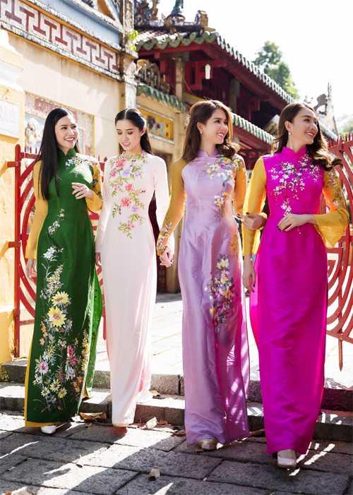 Ngọc Trinh rủ các 'đàn em' Tường Vy, Quỳnh Hương, Lê Hà đi viếng cảnh chùa.
