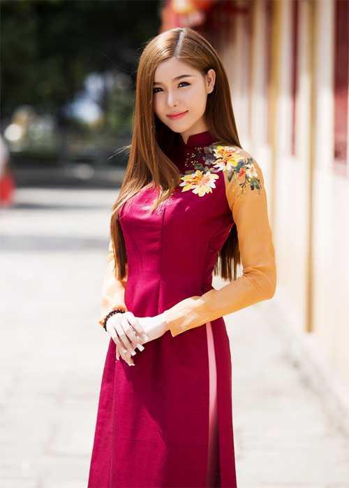 Kỳ Hân cũng diện trang phục truyền thống du xuân. Gương mặt cô xinh đẹp, thanh tú hơn sau khi sửa mũi lần thứ ba.