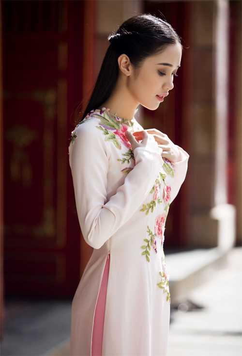 Quỳnh Hương mới gia nhập showbiz, đầu quân về chung công ty với Ngọc Trinh.