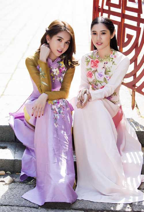 Tết năm nay Ngọc Trinh không về quê mà đón năm mới ở Sài Gòn. Cô đọ vẻ trẻ trung, dịu dàng với Quỳnh Hương.