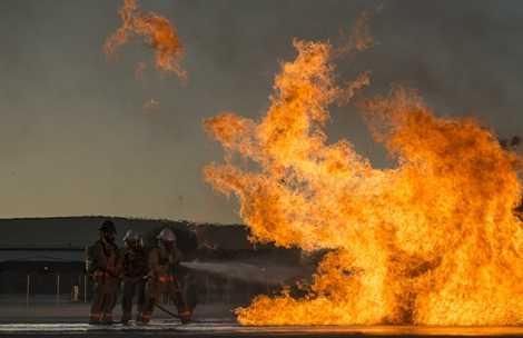 Họ phải học cách chiến đấu với những ngọn lửa đang bùng cháy dữ dội