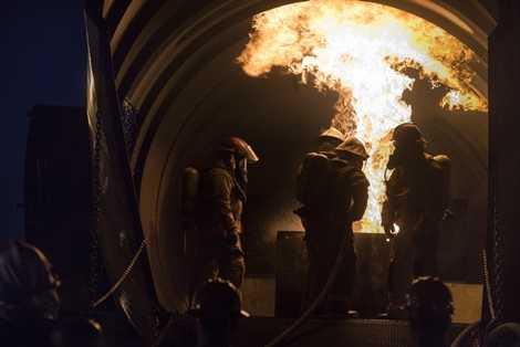 Các học viên chiến đấu với ngọn lửa bên trong khoang máy bay