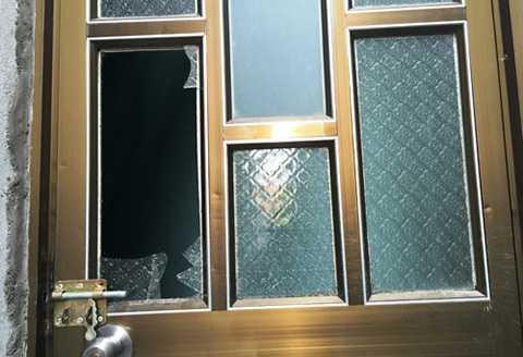 Anh Minh và chủ nhà trọ đập cửa kính vào trong và phát hiện vợ của mình nằm chết trong nhà vệ sinh. Đứa con 7 tháng trong bụng cũng không cứu được.