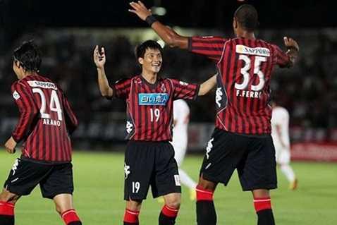 Lê Công Vinh khoác áo số 19 tại Consadole Sapporo. Anh là cầu thủ Việt Nam đầu tiên thi đấu chuyên nghiệp tại J-League 2