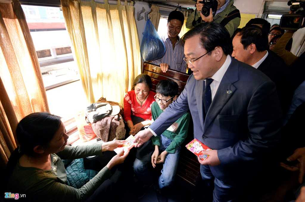Bí thư Hà Nội cho biết, các địa phương phải có trách nhiệm cùng ngành đường sắt khắc phục hiện trạng đường ngang, ném đá lên tàu.