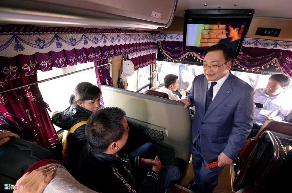 Ông Hải lên xe khách chuyến Hà Nội - Quảng Ninh để chúc Tết và tặng quà cho hành khách.