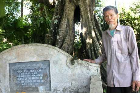 Miếu thờ dưới gốc cây thị cổ thụ.
