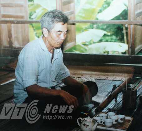 Thầy bùa Hoàng Văn Nhẻo đang đọc thần chú làm bùa
