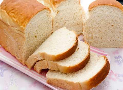 NHâm nhi một chút bánh mì trước khi uống rượu sẽ ngăn chặn cơn say hiệu quả. Ảnh minh họa