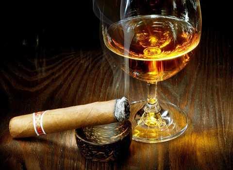 Tuyệt đối không nên hút thuốc lá trong khi uống rượu bia. Ảnh minh họa