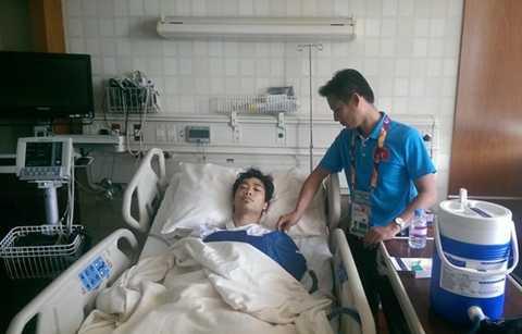 Bác sĩ Thủy chăm sóc cho Công Phượng khi anh vừa ra khỏi phòng mổ