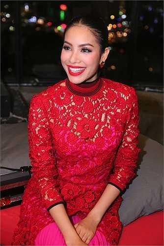 Phạm Hương cũng từng gây chú ý với chiếc váy ren đỏ của thương hiệu Salvatore Ferragamo với mức giá lên tới hơn 100 triệu đồng.