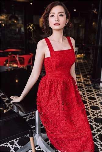 Trúc Diễm chọn váy đỏ nhẹ nhàng của nhà thiết kế Adrian Anh Tuấn trong một bộ ảnh thời trang mới đây.