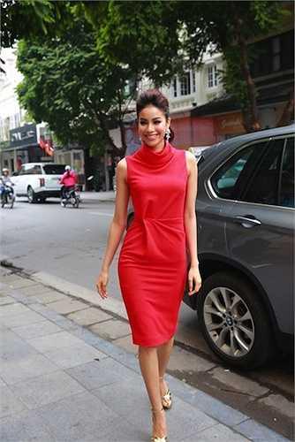 Trong một sự kiện khác đầu năm qua, cô cũng chọn chiếc váy đỏ trơn trang nhã.