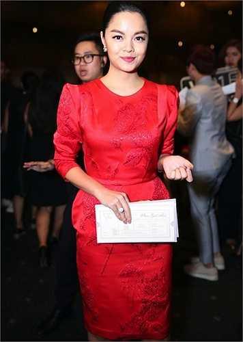 Phạm Quỳnh Anh chọn màu săc tươi trẻ nhưng phom dáng khá an toàn.