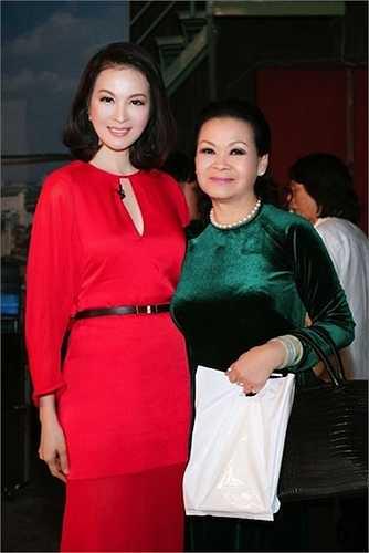 MC Thanh Mai nổi bật với đầm đỏ trong buổi gặp gỡ danh ca Khánh Ly mới đây.  (Nguồn: Dân Việt)