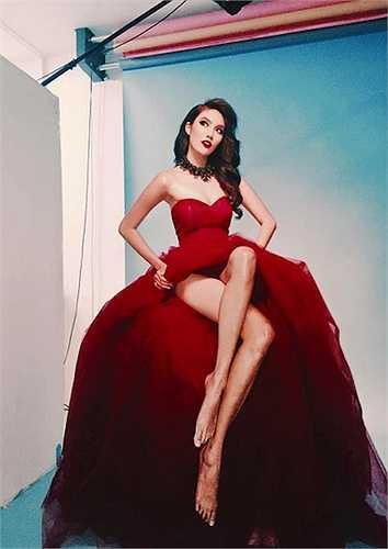 Lan Khuê khoe cặp chân dài miên man với một thiết kế màu đỏ của Lý Quí Khánh.