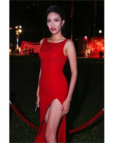 Một bộ cánh đỏ hút mắt khác của top 11 Hoa hậu Thế giới 2015.