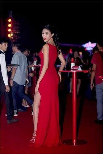 Vẻ đẹp góc cạnh của Lan Khuê trên thảm đỏ.