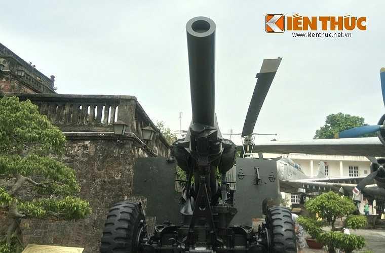 Lựu pháo xe kéo M114 155mm có trọng lượng khi hành quân là 5,8 tấn, khi chiến đấu là 5,6 tấn, chiều dài nòng 3,79m, cao 1,8m, rộng 2,43m khi hành quân.