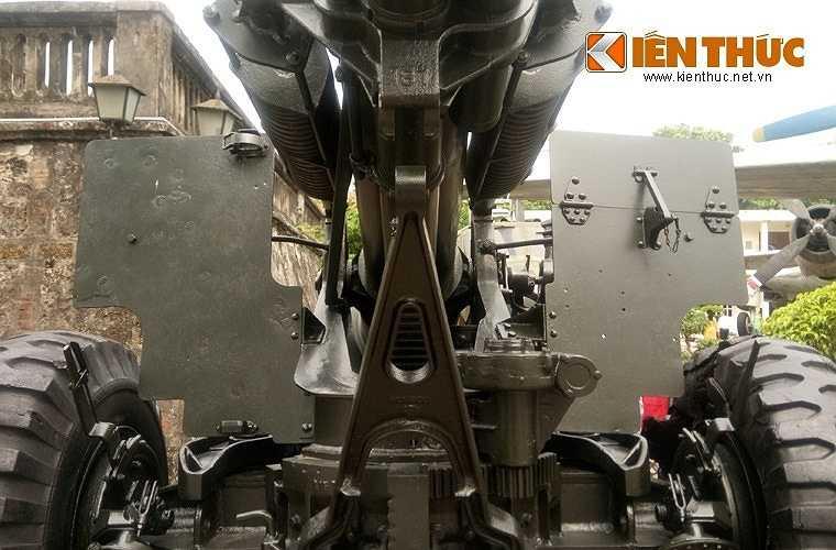 Pháo được đặt trên khung bệ xe hai bánh và có thể kéo đi bằng xe tải bánh lốp hoặc bánh xích.