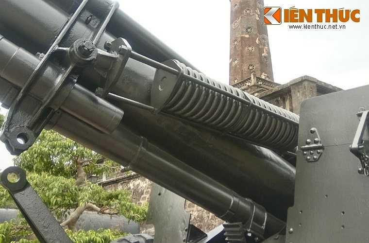 Pháo có xilanh giảm giật ở phía trên, việc vận hành loại đại bác này khá vất vả. Ảnh: Hệ thống giảm giật của pháo.