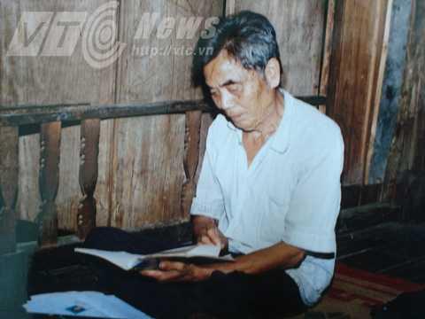 Thầy mo Hoàng Văn Nhẻo đang đọc chú trong một bài bùa