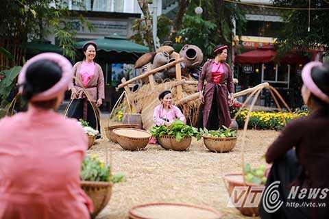 Những người phụ nữ mặc trang phục hoàn toàn giống phụ nữ thời phong kiến trong lễ hội.