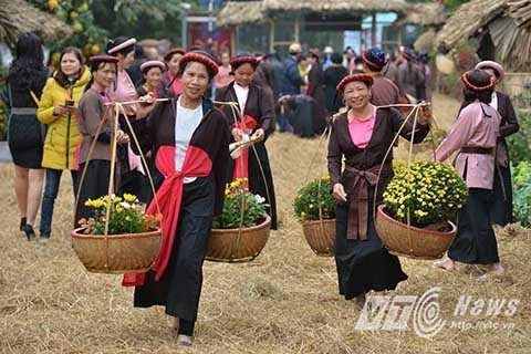 Hình ảnh các thôn nữ với váy tứ thân quẩy những đôi quang gánh đi trên đường làng đầy rơm rạ, người xem như có cảm giác được trở lại khung cảnh thôn quê ngày nào.