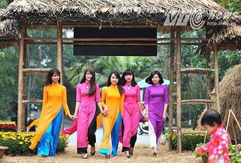 Những thiếu nữ duyên dáng trong tà áo dài cách tân giữa khung cảnh hồn quê.