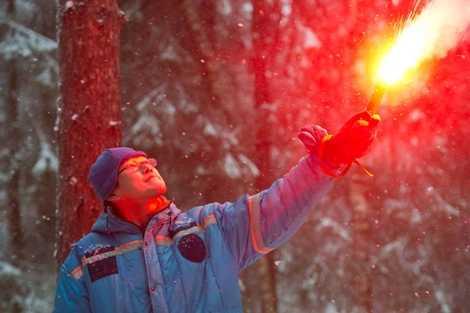 Phi hành gia Nhật Bản Norishige Kanai đốt pháo sáng báo hiệu cho lực lượng tìm kiếm
