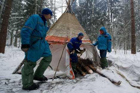 Các phi hành gia dựng lều từ các vật liệu có sẵn và kiếm củi sưởi ấm
