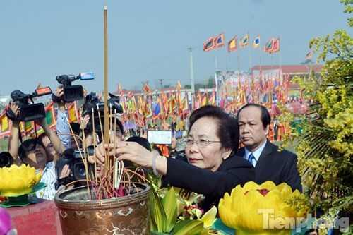 Trước khi tiến hành nghi thức chính của Lễ hội Tịch Điền, Phó Chủ tịch nước CHXHCN Việt Nam, bà Nguyễn Thị Doan cùng đại diện lãnh đạo bộ, ban, ngành trung ương và tỉnh Hà Nam tiến hành nghi lễ dâng hương trước bàn thờ thần Nông và linh vị Vua Lê Đại Hành.