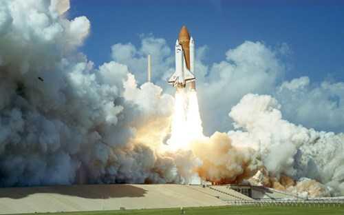 Tàu Challenger rời bệ phóng ở trung tâm vũ trụ Kennedy.