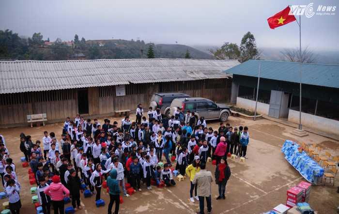 Học sinh trường Trung học nội trú xã Phì Nhừ, huyện Điện Biên Đông, tỉnh Điện Biên tập trung ở sân trường