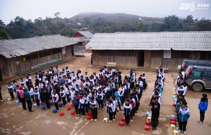 Các em được nhận quần áo, sữa, dầu ăn.. và nhiều đồ dùng khác từ chương trình từ thiện do VTC News phát động trước Tết Nguyên đán