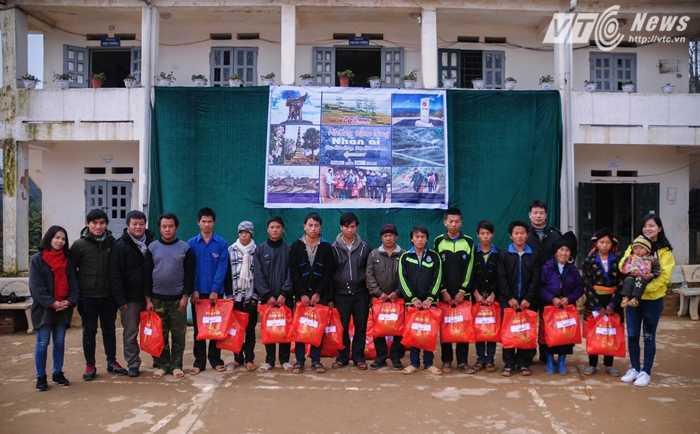 Đoàn VTC News bên cạnh một số hộ dân nghèo đến được buổi trao quà