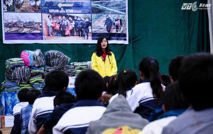 Đại diện đoàn từ thiện VTC News chia sẻ với các học sinh trường Trung học nội trú xã Phì Nhừ trước khi chia quà cho các em