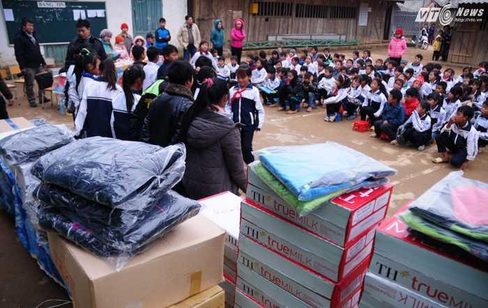 Quần áo ấm và nhiều đồ dùng khác được chia đều cho các học sinh