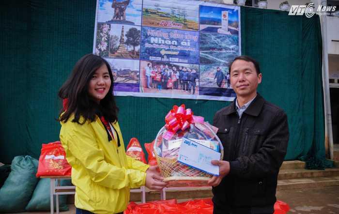 VTC News cũng trao thêm 50 suất quà Tết cho các hộ gia đình khó khăn của xã, trong ảnh là đại diện chính quyền xã Phì Nhừ (phải) nhận quà lưu niệm của VTC News