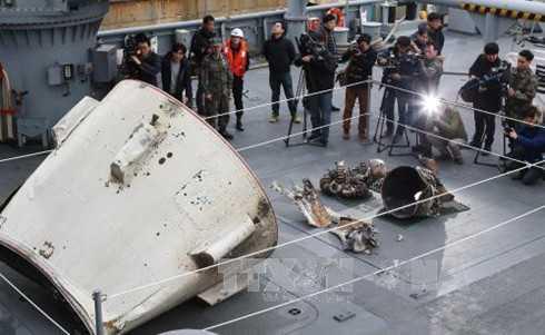 Những mảnh vỡ nghi từ tên lửa phóng vệ tinh của Triều Tiên ngày 7/2 được phía Hàn Quốc phát hiện - Ảnh: TTXVN