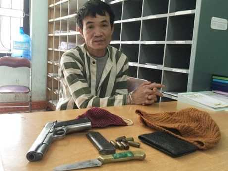 Đối tượng Nguyễn Trọng Văn cùng tang vật tại cơ quan điều tra.