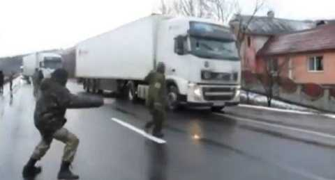 Các tổ chức dân tộc ở Ukraine chặn xe tải mang biển số Nga