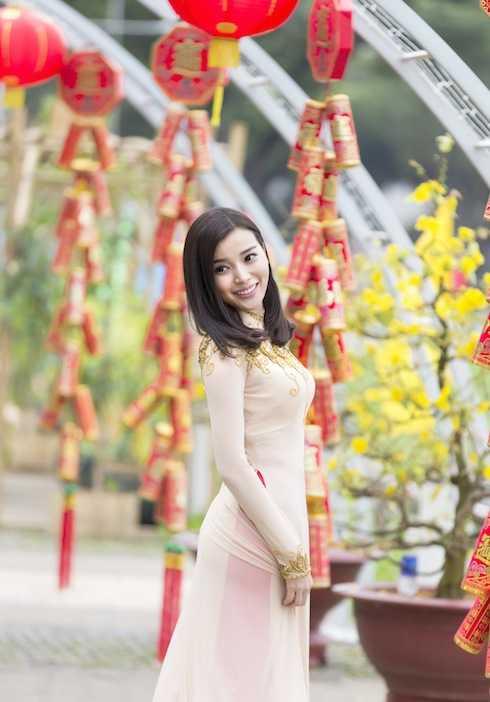 Cao Thái Hà khoe nhan sắc trong sáng, ngọt ngào với áo dài.