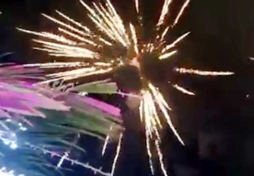 Pháo hoa bắn trong đám cưới của con gái đại gia thuỷ sản. Ảnh cắt từ clip