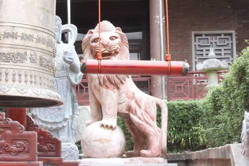 ư tử đá châu Âu vẫn nhe nanh vuốt tại nhà văn hóa truyền thống trong ga Cáp treo 1 ở di tích Yên Tử.