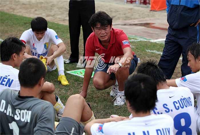 Cũng bởi vậy, ông chủ của đội bóng thủ đô thường xuyên xuất hiện trên sân nhà để cổ vũ, chỉ đạo đội bóng. (Ảnh: Quang Minh)