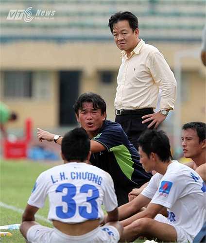 Sự sát cánh của bầu Hiển bên HLV Phan Thanh Hùng đã tạo ra một động lực tinh thần rất lớn. (Ảnh: Quang Minh)