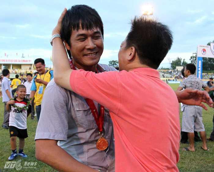 Hữu Thắng làm một trong những HLV cá tính nhất V-League